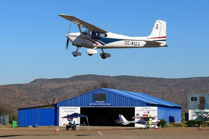 CUA Cessna 172 CC-KUJ taking off with club hangar and LSA representative on the background (photo: Carlos Ay).