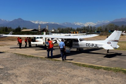 """""""Boarding with a view"""": People's flights boarding area with Cessnas CC-PJL, CC-PKQ and CC-KAJ looking Northeast towards de Andes (photo: Carlos Ay)."""