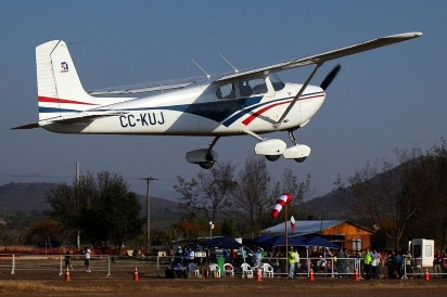 CUA Cessna 172 CC-KUJ on take-off with public area on the background (photo: Carlos Ay).