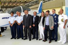 Minister of Defence, Agustín Rossi, FAdeA engineers and Argentine and Venezuelan military representatives posing in front to Unasur I mock-up (photo: Diego Rojo).