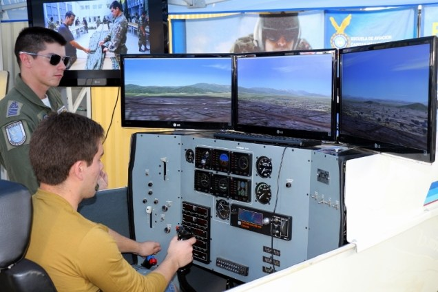 An Air Force Cadet and a civilian visitor exploring the T-35 Pillán flight simulator (photo: Carlos Ay).
