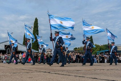 Impregnated with patriotic sentiment, flags from all Air Force units participating in the 1982 war feature prominently on First Battle anniversary parades. Shown here is the 2013 event held in El Palomar (photo: Santiago Cortelezzi).