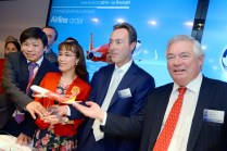 Vietnamese carrier VietJetAir's firm order for six additional A321s – which was signed at the Paris Air Show – was marked by top management from VietJetAir and Airbus (photo: Airbus/P. Pigeyre).