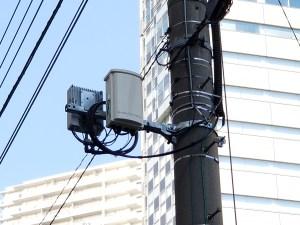 ウェアハウス川崎店の前にあるソフトバンクBand 42 TD-LTE基地局 (右側)