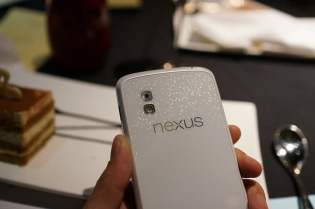 Telefon Google Nexus 4 de culoare alba (6)
