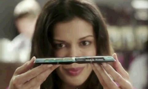 telefon samsung cu ecran flexibil lateral