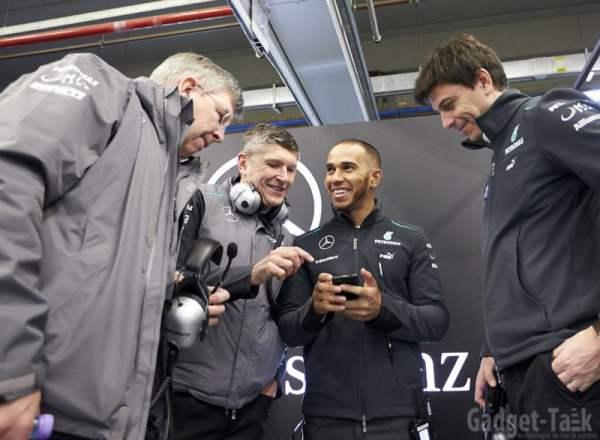 Luis Hamilton cu telefonul Blackberry Z10 la lansarea Mercedes GP W004