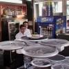 ドローンは、ウエイターの仕事を奪うのか? 食事を正確に運ぶ賢いロボット