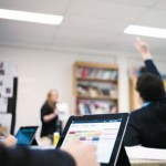 【悲報】高校でタブレット導入も半数近くが「活用できず」教員のスキル不足が原因で