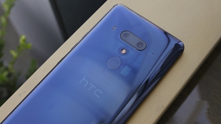 HTC U12+ hands on review, preview of the back design and cameras