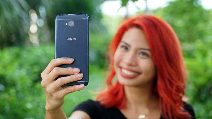 Girl taking selfies with the ASUS ZenFone 4 Selfie