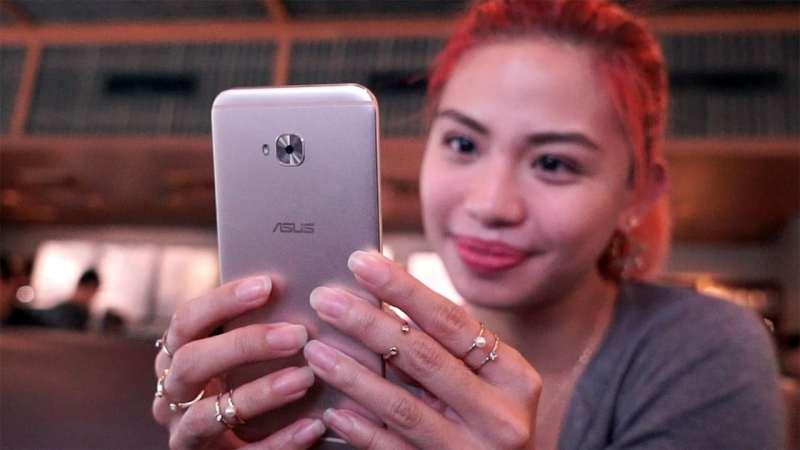 Girl using the ASUS ZenFone 4 Selfie Pro