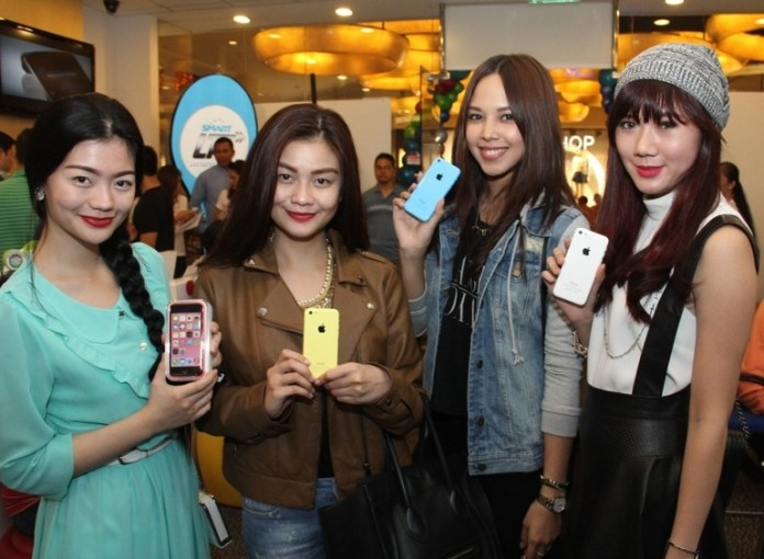 Fashion bloggers Vern and Vernice Enciso, Patricia Prieto and Camille Co express their styles with their colorful iPhone 5c