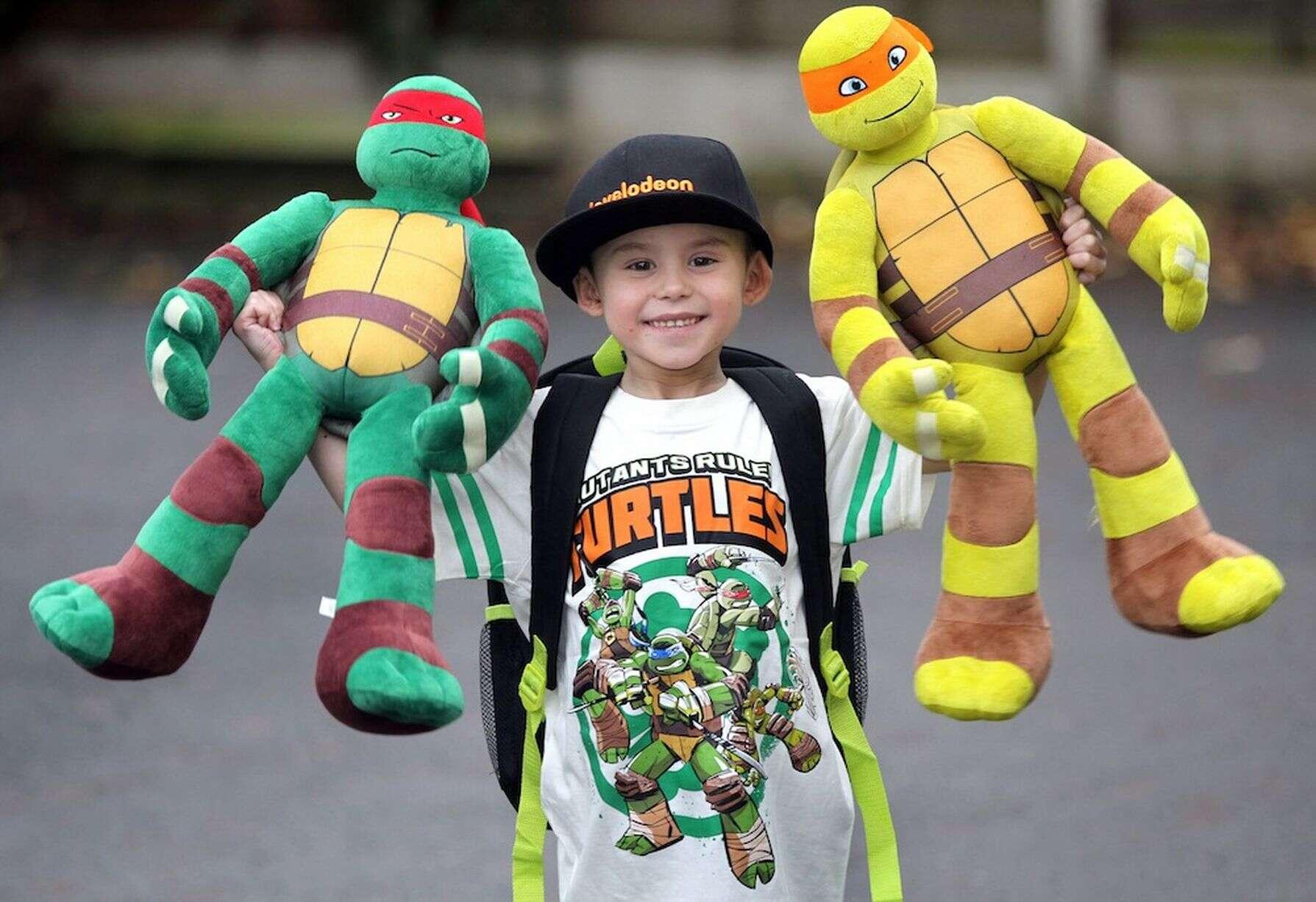 Garotinho ganha força com máscara dos seus super-heróis para enfrentar câncer