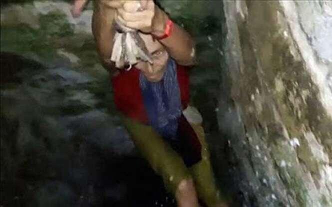 Mulher escorrega e cai em poço enquanto fazia selfies durante viagem turística