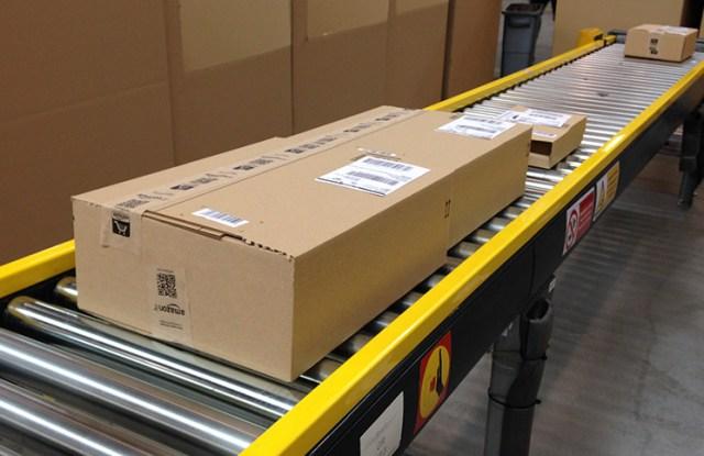 Paquete saliendo del centro logístico de Amazon España