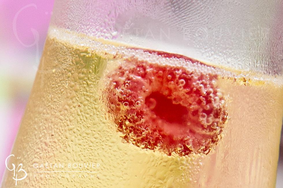 Coupe de champagne avec une framboise