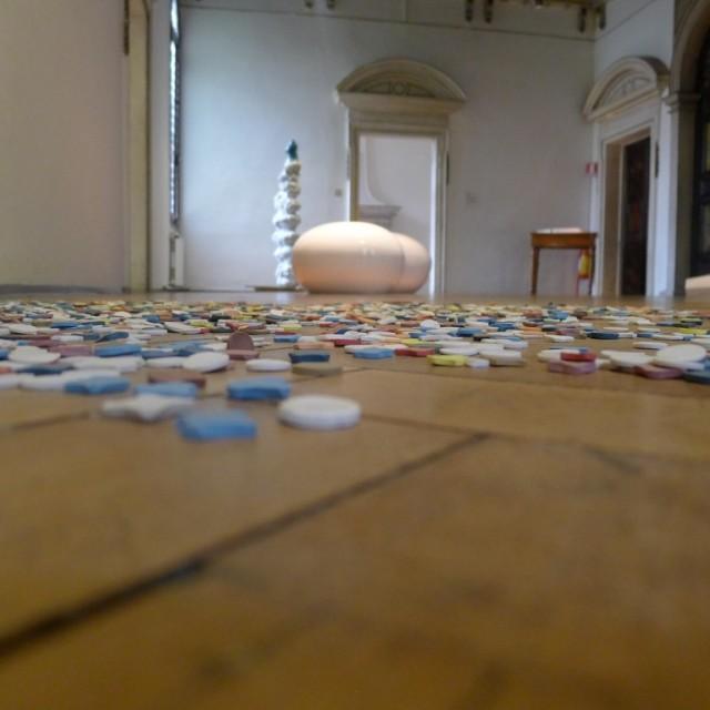 Uno scorcio della mostra con i coriandoli di Eva Marisaldi in primo piano