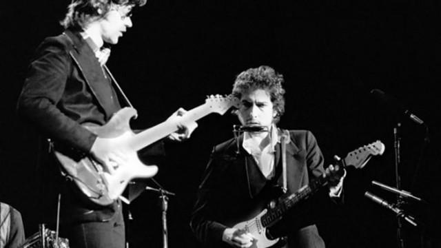 Robbie Robertson con Bob Dylan nel 1974