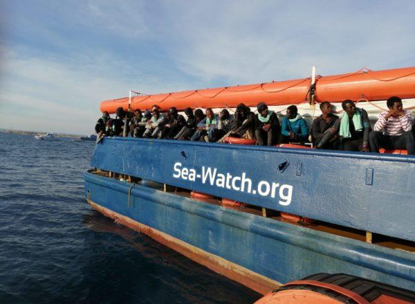 Ne tiene 43 sulla Sea Watch, ne sbarcano 45 a Lampedusa. Insomma il saldo è più due per loro