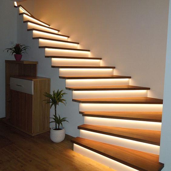 Illuminare la scala con luci sotto gradini