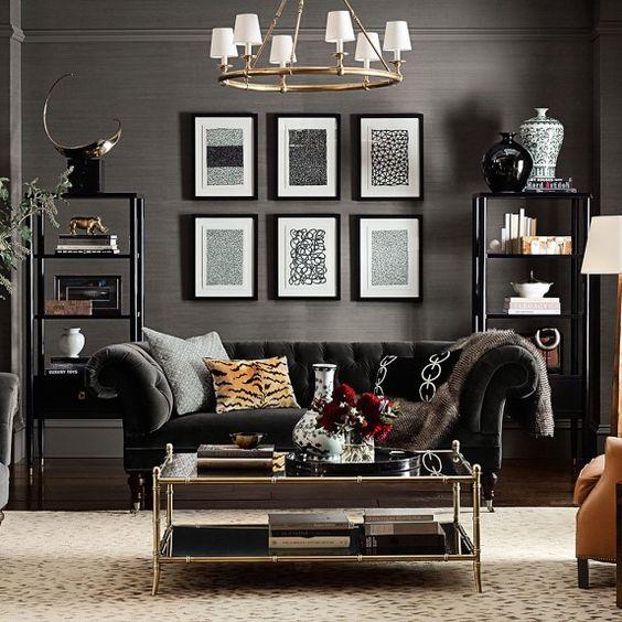 Come arredare la parete dietro il divano con elementi alti di design e quadri
