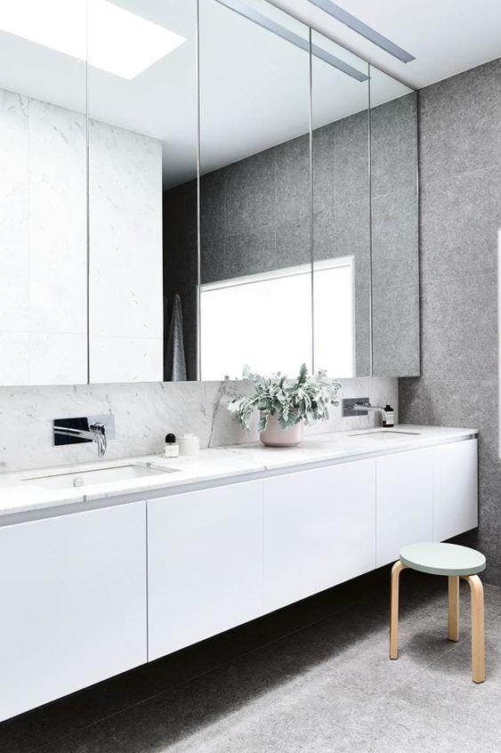 Arredare un bagno piccolo con mobili e specchi