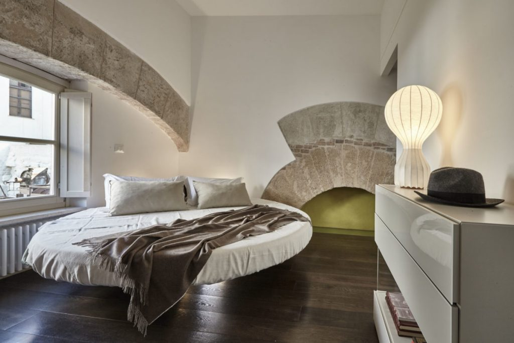 letto rotondo di una camera da letto moderna