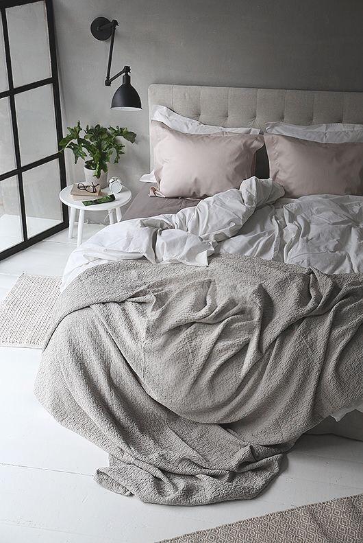 Arredare camera da letto modernacon coperte, lenzuola, traverse e cuscini
