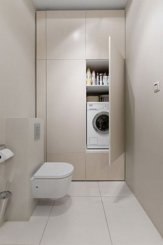 Armadio lavanderia in bagno con lavatrice