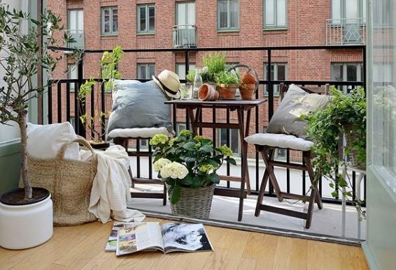 veranda balcone arredata con tavolino e sedie