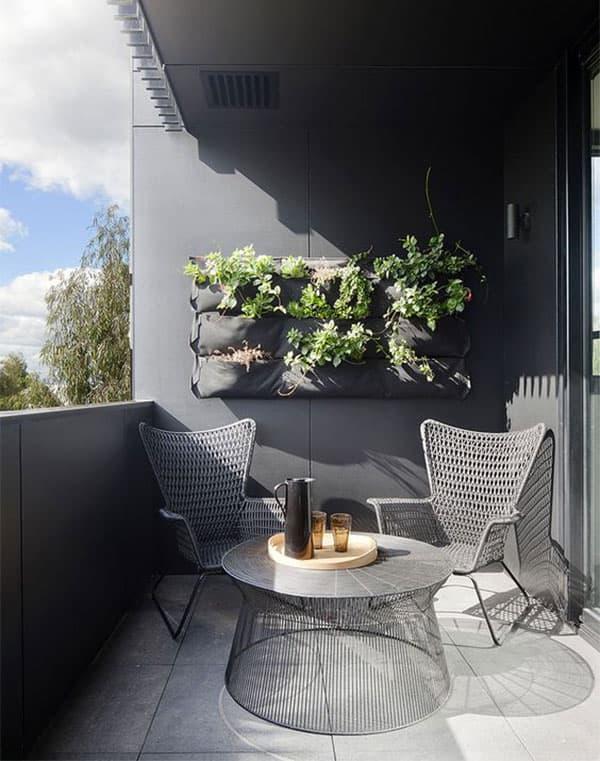 balcone arredato con fioriera appesa