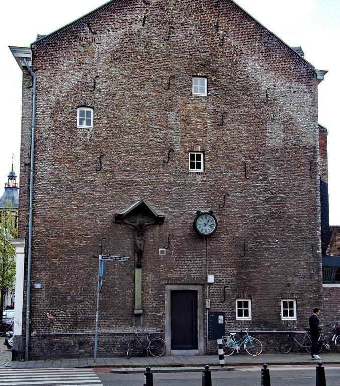 Maastricht, Haus mit Wegkreuz