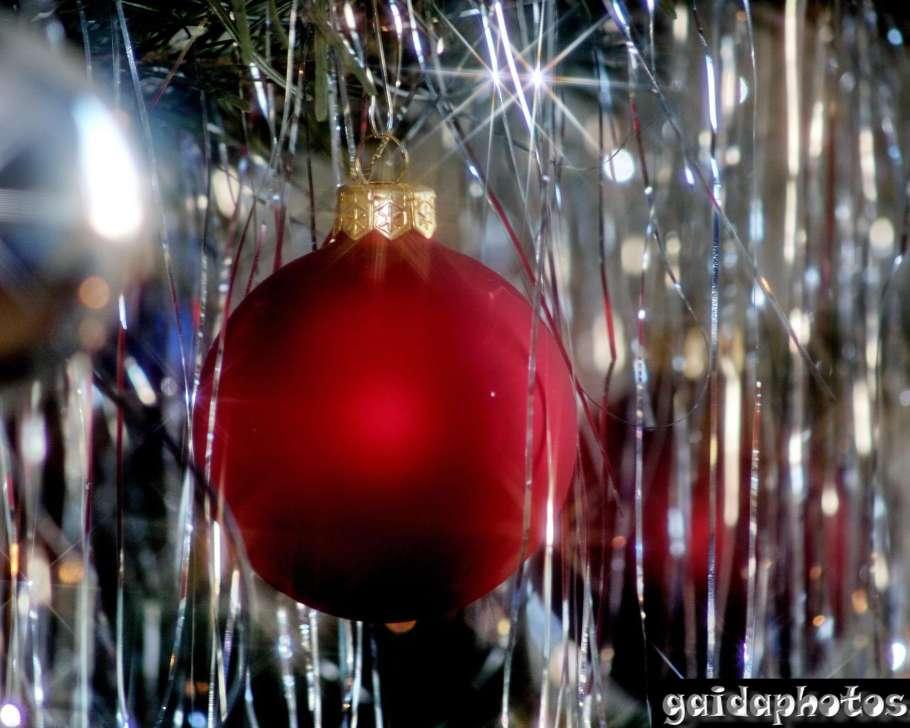 Desktop Hintergrund rote Weihnachtskugel lametta