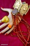 Hand mit Ketten, Ringen und Armbändern