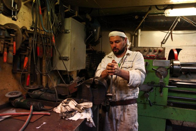 El encargado del mantenimiento del barco Oleksandr Merian realiza sus labores