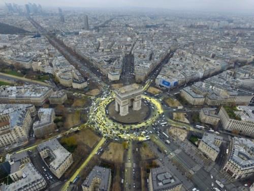 La protesta con diseño: Greenpeace convierte Arc de Triomphe en el sol