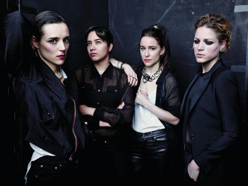 "Savages publica video para ""Adore"""