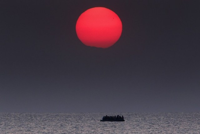 Un bote inflable abarrotado con refugiados sirios a la deriva en el Mar Egeo entre Turquía y Grecia luego de que su motor se descompusiera en la isla griega de Kos. En 2015, más de un millón de personas buscaron asilo en Europa tras partir de su país de origen azotado por la guerra. Cruzaron en botes inflables. Cientos perecieron en el mar. (Yannis Behrakis, Thomson Reuters . 11 de agosto de 2015).