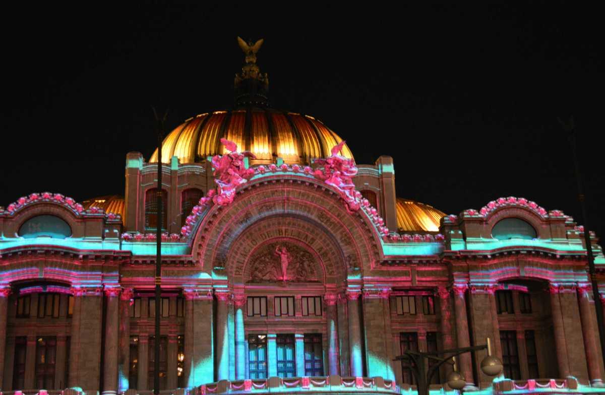 Luces multicolor invaden el Centro Histórico de la Ciudad de México, en el Filux 2017
