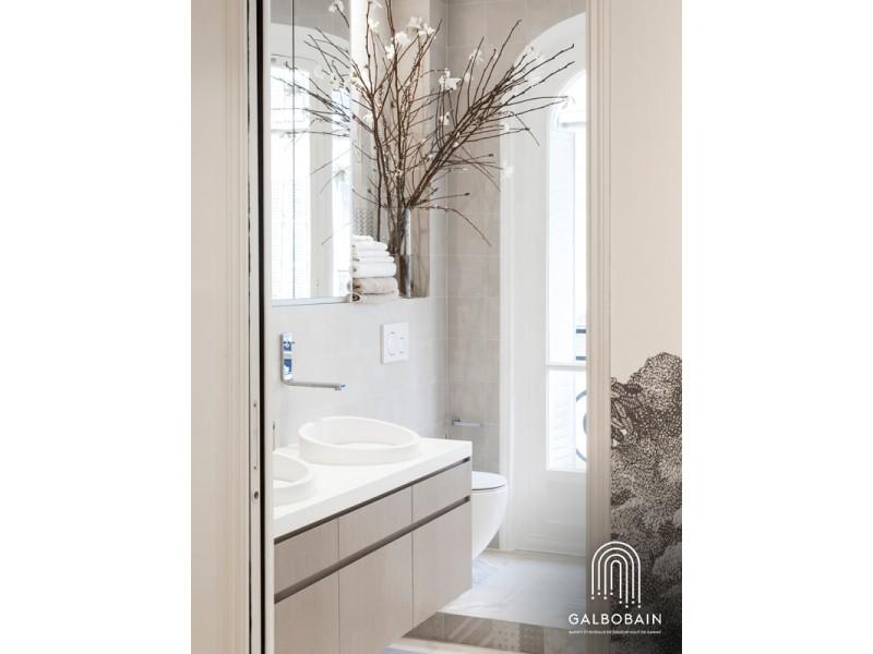 douche devant fenetre et rideau en lin