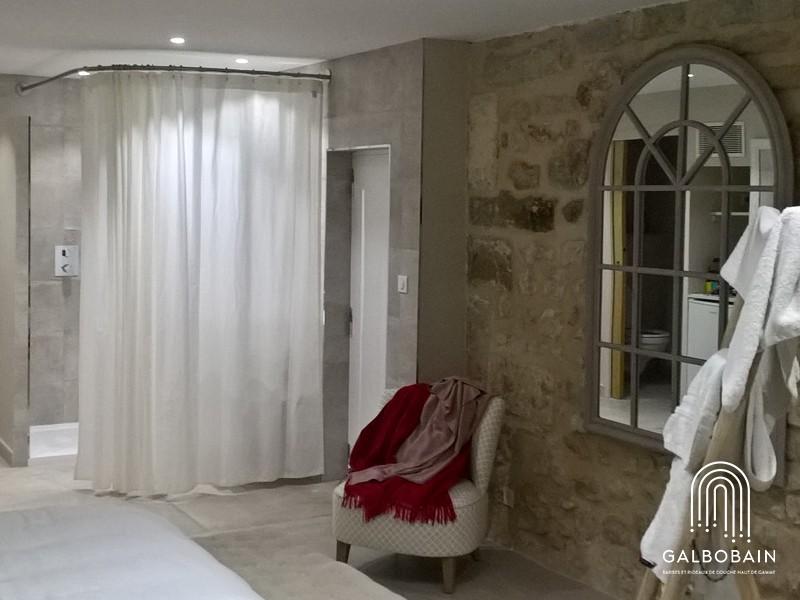 salle de bain ouverte sur une chambre