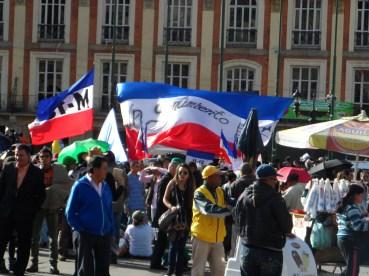 Banderas M-19 en manifestación contra destitución de Gustavo Petro