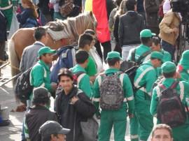 Empleados aseo Bogotá en manifestación contra destitución de Gustavo Petro