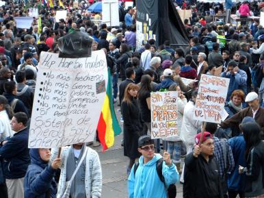 Protestas en manifestación contra destitución de Gustavo Petro