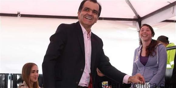 Oscar Iván Zuluaga asiste a las urnas
