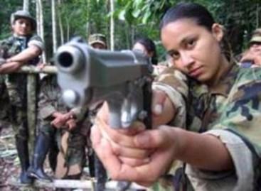Niña guerrillera apunta un arma