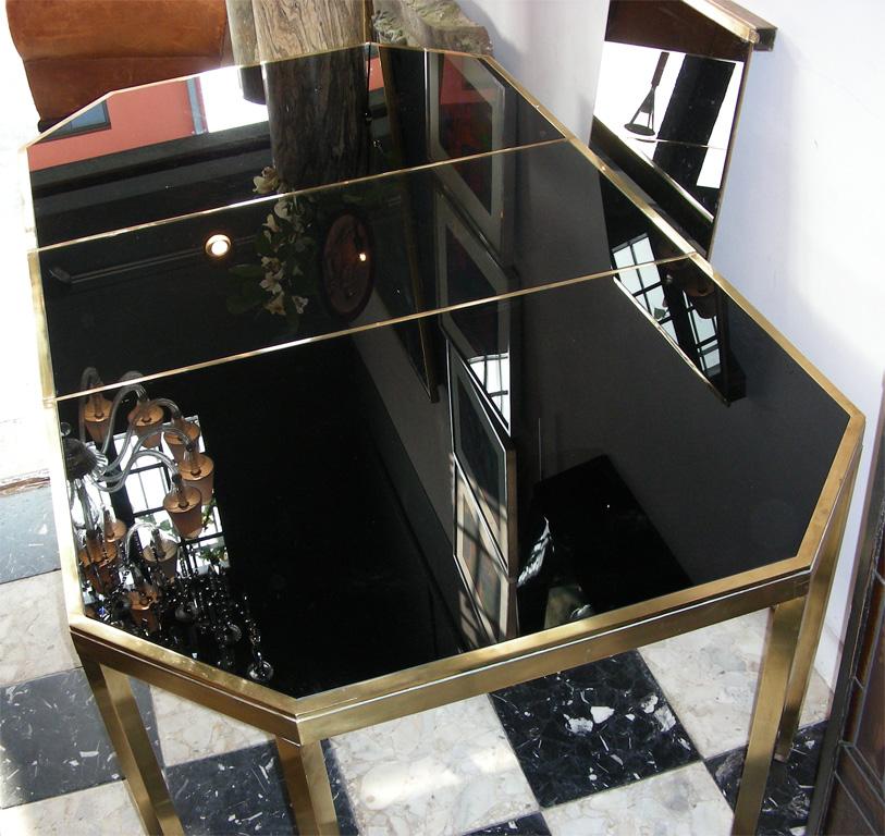Table de salle  manger en laiton poli et verre opalin noir attribue  la Maison Jansen France