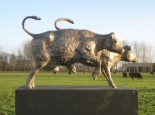 Twee dansende koeien II - brons - 22 cm hoog