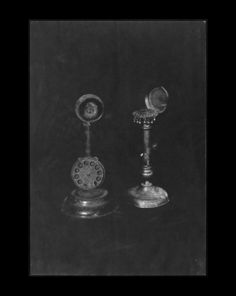#12 Téléphone et miroir berbère, À Quatre Mains ©Sara Imloul Nicolas Lefebvre
